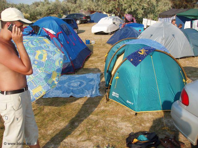 Две палатки на переднем плане - наши