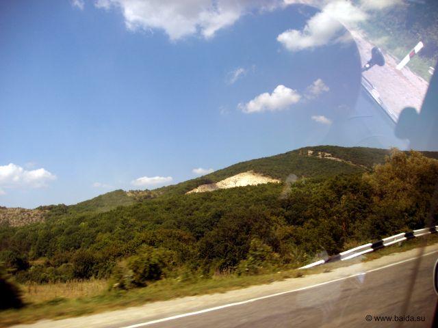 Одноообразный пейзаж разбавляли холмы