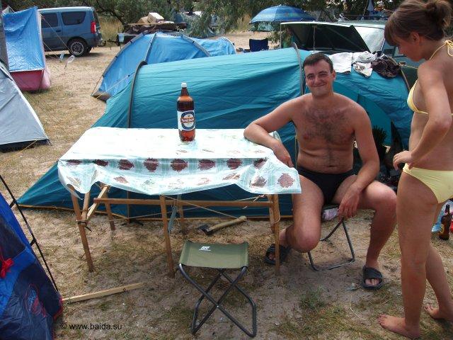 Стол на фоне пива