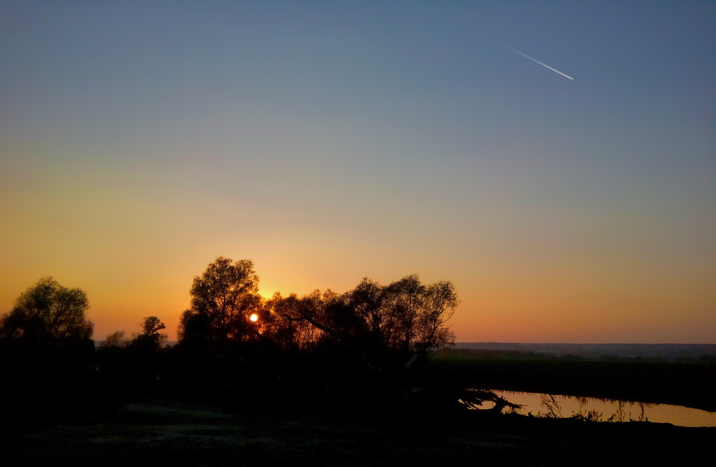 Самолёт вулетает в закат